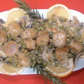 Polpettine di lupini in salsa al limone con funghi e piselli