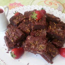 Brownies di fagioli rossi e cioccolato con salsa alle fragole