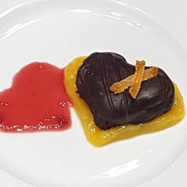 Cuore cioccolato e arancia su salsa di amarena  mango