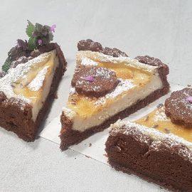 Cheesecake teff e cioccolato al cuore di mandorla e lavanda