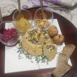 Formaggella di mandorle ed erbe aromatiche a pasta semidura