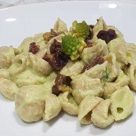 Pasta con broccolo romanesco e olive taggiasche